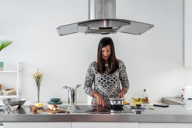 ジンジャーブレッドマンを料理する女性