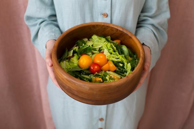 Женщина готовит здоровую пищу дома