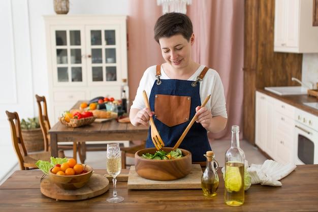 Donna che cucina del cibo sano in cucina