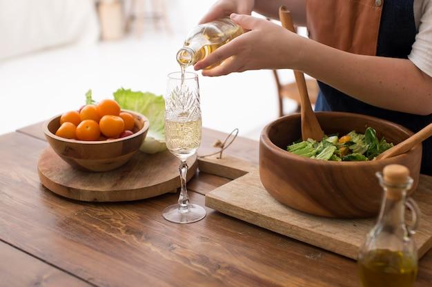 いくつかの健康的な食べ物を調理する女性