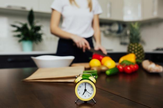 夕食に野菜サラダを調理する女性。