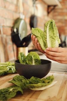 Женщина готовит с салатом