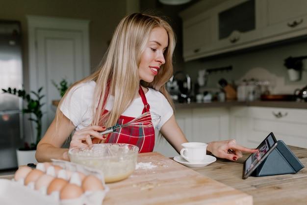 타블렛으로 요리하는 여자