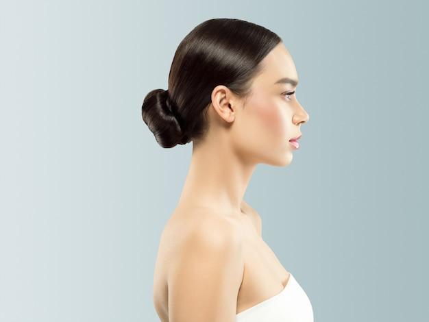 女性の化粧品のクローズアップの美しさの肖像画、灰色の背景の上の健康ケア肌の髪