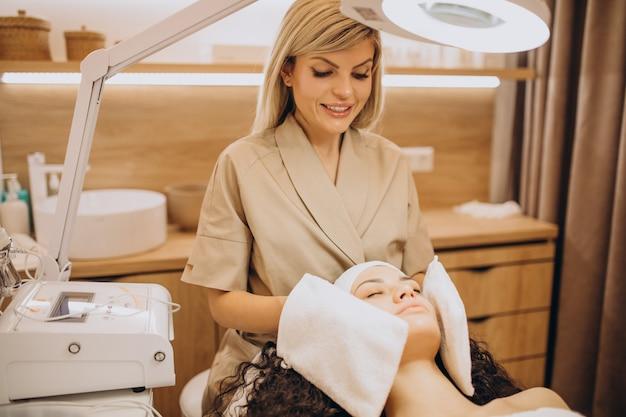 Donna al cosmetologo che fa le procedure di bellezza