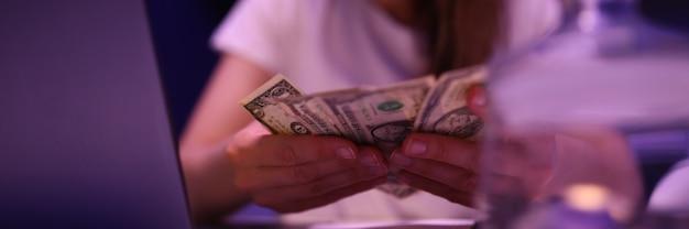 여자는 가정 예산의 돈을 계산합니다.