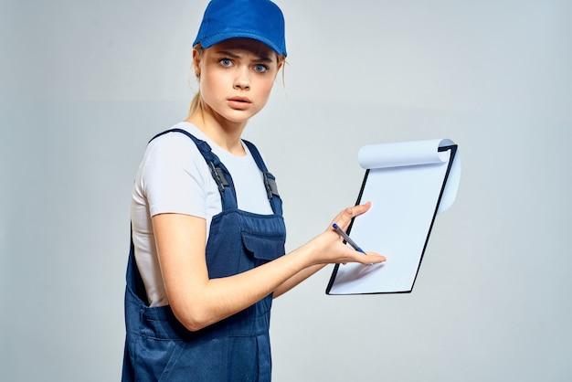 制服文書サービス配達の女性宅配便。