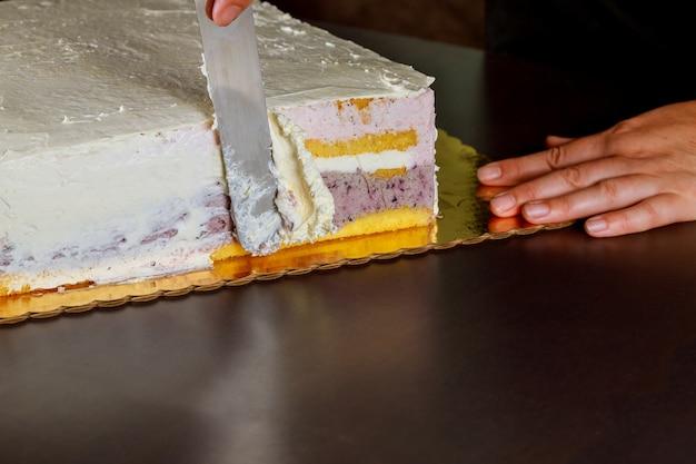 白いアイシングのお祝いケーキで女性カバー