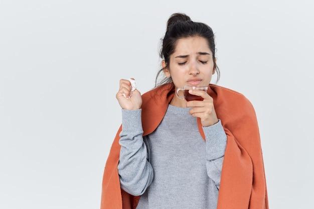 Женщина накрылась одеялом проблемы со здоровьем насморк лечение гриппа