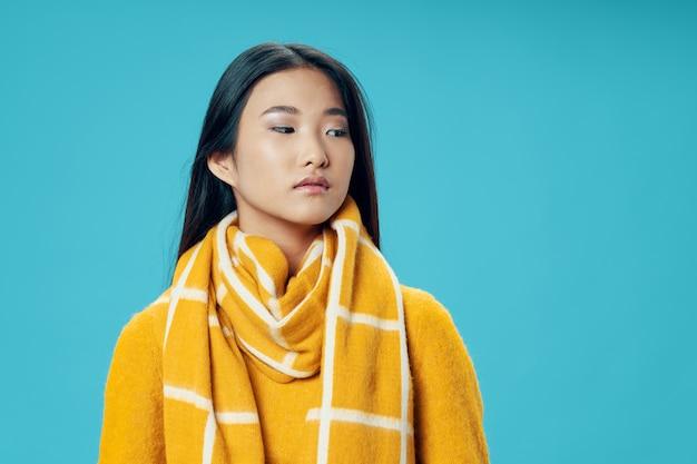 Женщина покрыта шарфом прохладный образ жизни зимой