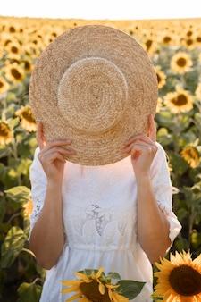 顔を覆っている女性