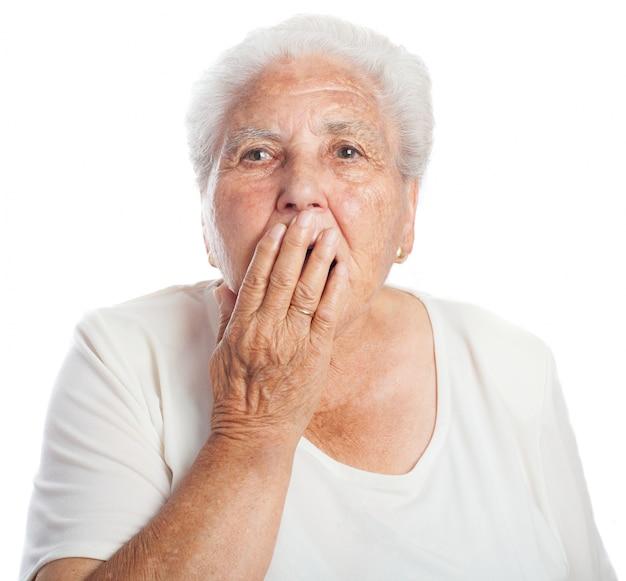La donna che copre la bocca mentre sbadiglia