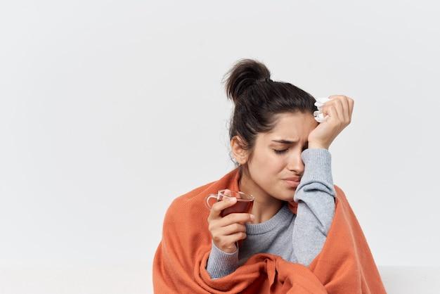 Женщина, накрывшись одеялом дома, проблемы со здоровьем, простуда