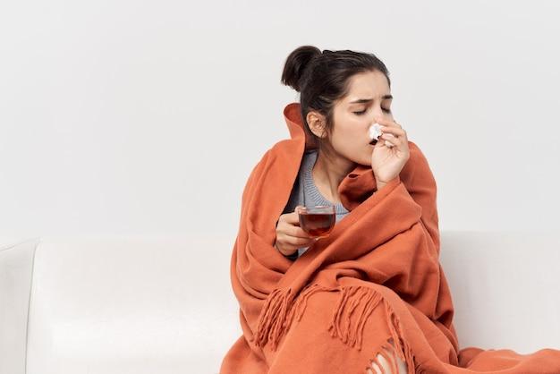 格子縞の健康問題インフルエンザ感染症で身を隠す女性