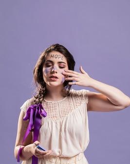 エンパワーメントの兆候として塗料で自分自身をカバーする女性