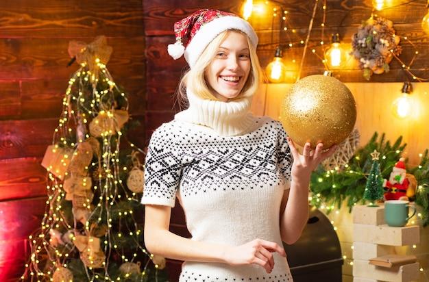女性の居心地の良いニットセーターは、自宅でクリスマスの雰囲気をお楽しみください。