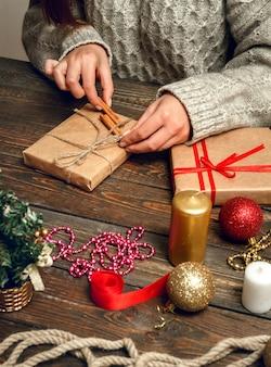 Женщина создает стильные рождественские подарки