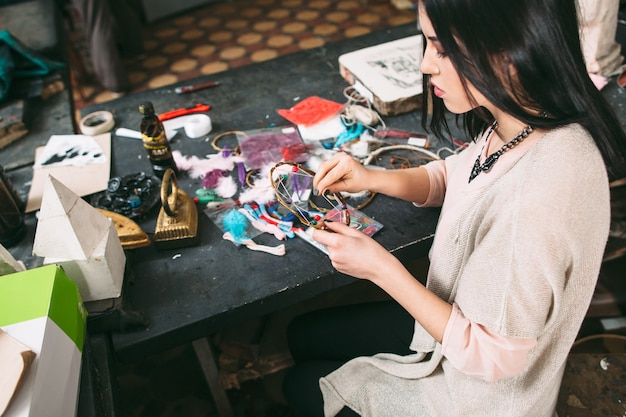 アートスタジオでドリームキャッチャーを作成する女性
