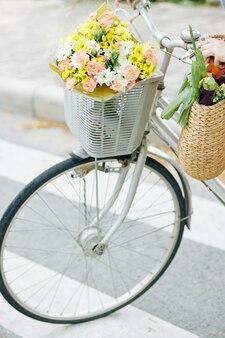 自転車で女性横断道路
