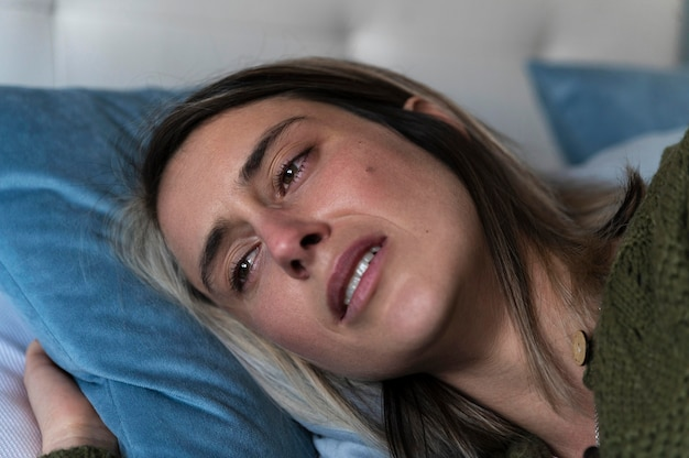 戦いの後にベッドで泣いている女性