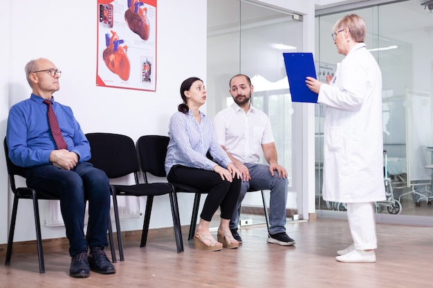 病院の待合室で不利なニュースの後に医者を見て泣いている女性