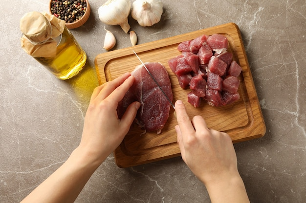 여자 나무 보드, 평면도에 원시 스테이크 고기를 인하
