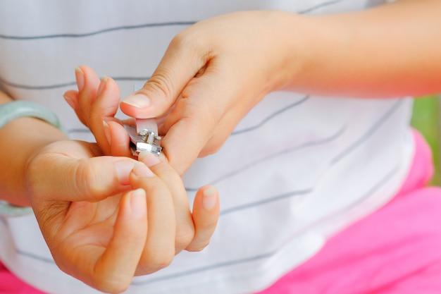 爪を切る女性