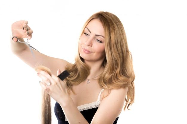 女性彼女の髪をカット