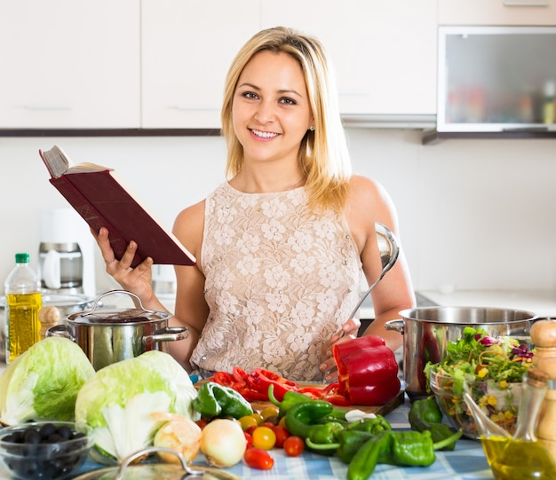 夕食のための野菜を切る女性