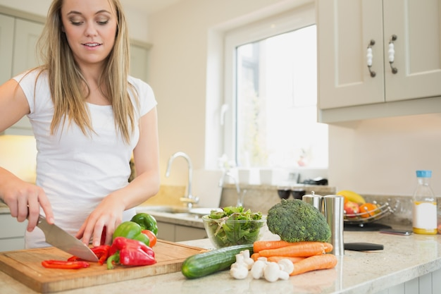 女性の野菜を切る