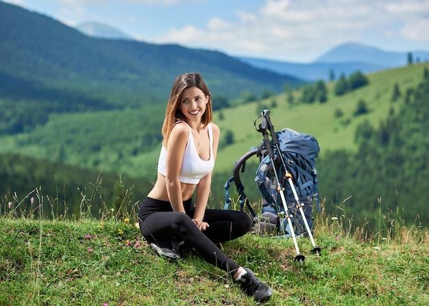 Женщина на велосипеде в горах