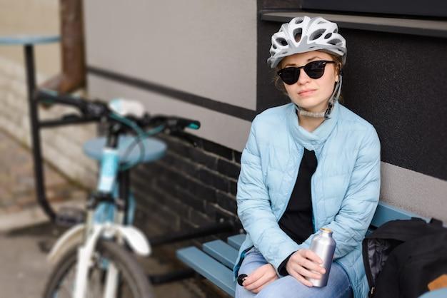 헬멧과 선글라스에 여자 사이클