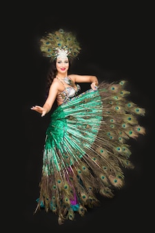 국제 축제에서 공작 깃털 카니발 의상을 입은 여성 댄서