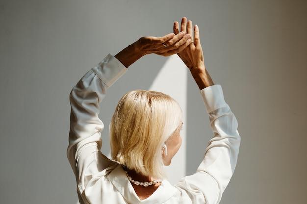 Женщина танцует в солнечном свете