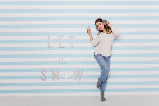 「雪を降らせて」の文字の横で踊る女性
