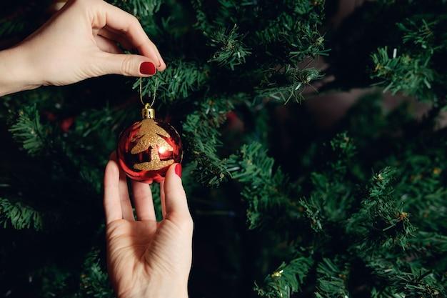 크리스마스 트리를 장식하는 여자
