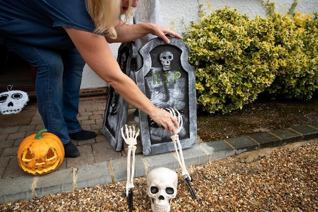 Donna che decora la sua casa per halloween