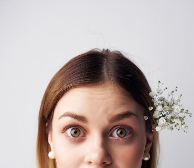 明るい背景をポーズする女性の装飾