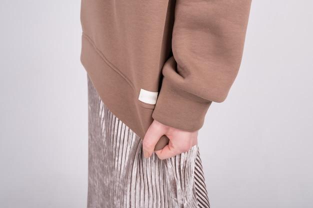 Женщина демонстрирует модную одежду из натуральных тканей