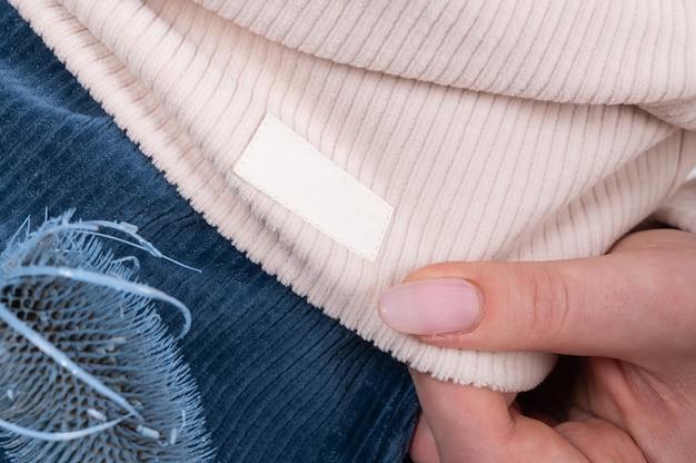 Женщина демонстрирует одежду из трикотажа, текстуру трикотажной ткани в рубчик. модная женская одежда из натуральных тканей.