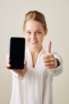 Женщина демонстрирует новый смартфон