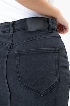 Donna in gonna di jeans vista posteriore servizio fotografico alla moda da vicino