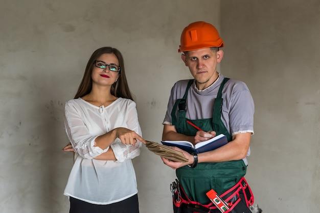 Женщина-дизайнер и мужчина с деревянным пробоотборником