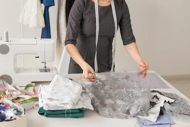 Женский дизайнерский процесс создания платья