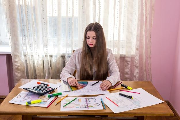 家の計画とカラーサンプラーを持つ女性デザイナー Premium写真