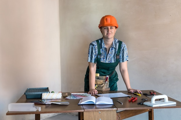 新しいアパートの新しいプロジェクトで働く女性デザイナー