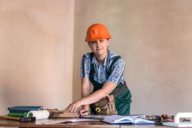 Дизайнер женщина работает над новым проектом в новой квартире