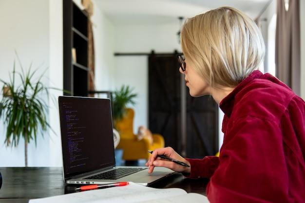 홈 오피스에서 컴퓨터로 작업하는 여성 개발자