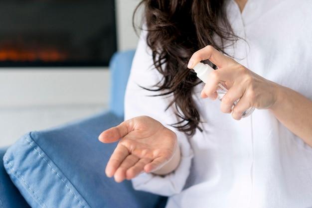 Donna che disinfetta le sue mani