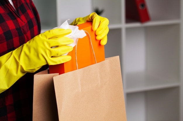 女性は自宅で開梱する前に小包を消毒します